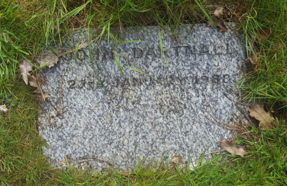 Gravestone of DARTNELL John Geoffrey 1988