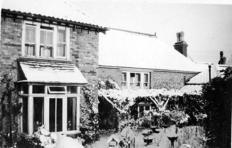Enfelde, Well Lane and its garden