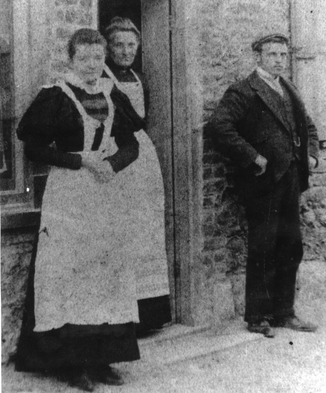 Elias Viner and two women in the High Street. 1892 -1908