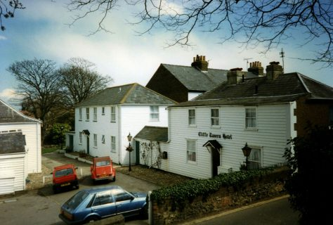 Cliffe House, Cliffe Tavern and the cottages attached to Cliffe Tavern complex. 1976