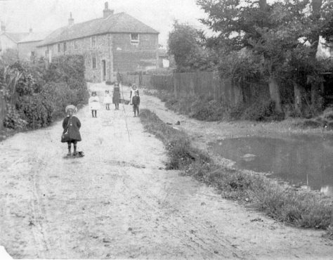 Chapel Lane from the pond towards Chapel Cottages with children. c1900