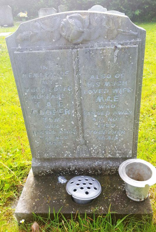 Gravestone of COOPER Thomas A E 1989; COOPER Mae 1999 | Dawn Sedgwick