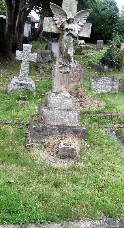 Gravestone of DAWSON Noel Stewart 1910; DAWSON William 1940